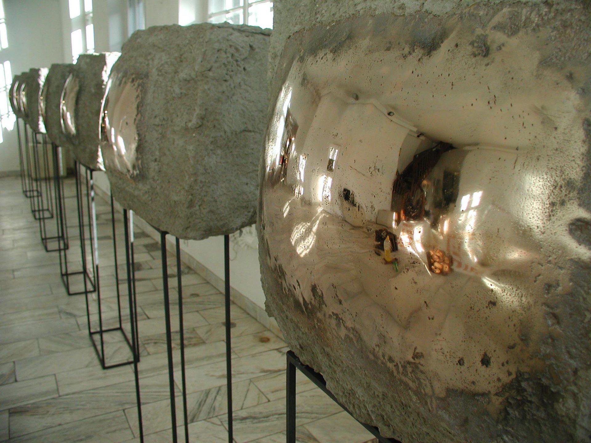 Adriana Majdzińska - videoinstalacja (cement,brąz) 80x60x25cm 2003