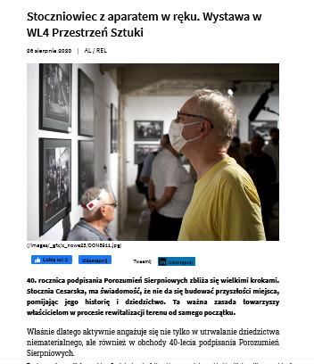 Stoczniowiec z aparatem w ręku. Wystawa w WL4 Przestrzeń Sztuki